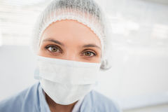 Female surgeon wearing surgical cap and mask Royalty Free Stock Images