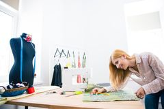 Female tailor working in workshop Royalty Free Stock Photos