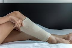 Free Female Using Put On Elastic Bandage With Legs Having Knee Or Leg Pain Royalty Free Stock Images - 117032929
