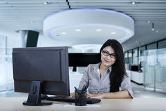Female worker looks confident with computer Royalty Free Stock Photos