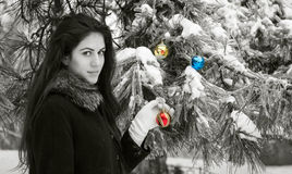 Femalel décore un arbre de sapin photographie stock
