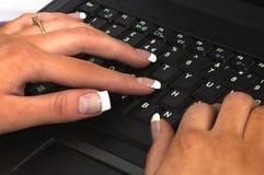 Femelle à l'aide de l'ordinateur portatif Photographie stock libre de droits