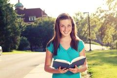 Femelle étudiant sur le campus Photographie stock libre de droits