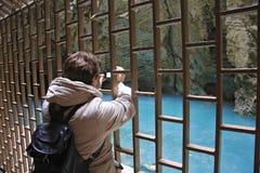 Femelle adulte faisant le film par le caméscope à l'intérieur de la montagne de Mashuk, P images libres de droits