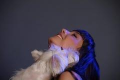Femelle adulte principale tenant le chien blanc de terrier Images libres de droits