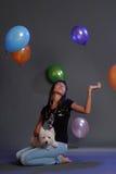 Femelle adulte principale tenant le chien blanc de terrier Photographie stock
