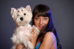 Femelle adulte principale tenant le chien blanc de terrier Images stock
