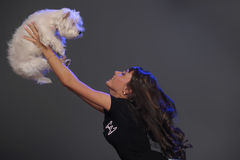 Femelle adulte principale tenant le chien blanc de terrier Image libre de droits