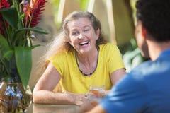 Femelle adulte riant avec l'ami Image libre de droits