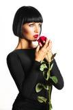 Femelle adulte sensuelle avec la rose de rouge sur le fond blanc Image libre de droits