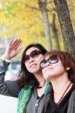 Femelle asiatique dans le paysage d'automne Photographie stock libre de droits