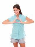 Femelle attirante faisant un signe d'amour Photo libre de droits