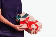 Femelle avec des cadeaux sur le côté de gauche d'isolement de fond photographie stock libre de droits