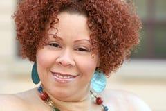 Femelle avec le cheveu rouge bouclé et le bijou lumineux Image libre de droits