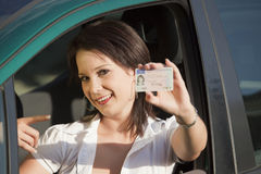Femelle avec le permis de conduire Photographie stock libre de droits