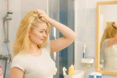 Femelle ayant le probl?me avec les cheveux blonds photographie stock