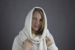 Femelle blonde avec le chandail blanc Photos libres de droits