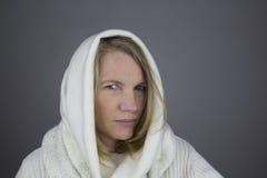 Femelle blonde avec le chandail blanc Photographie stock libre de droits