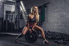 Femelle blonde avec le poids de barbell Photographie stock libre de droits