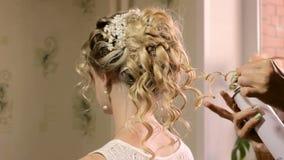 Femelle blonde dans le salon de coiffure banque de vidéos