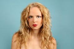 Femelle blonde sur le fond de turquoise photos libres de droits