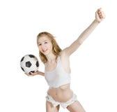 Femelle caucasienne avec du ballon de football sur le blanc Image libre de droits