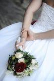 Femelle caucasienne blanche tenant un bouquet de mariage image stock