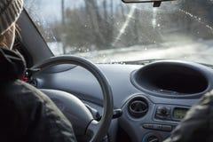 Femelle conduisant sa nouvelle voiture image libre de droits