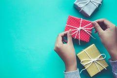 Femelle décorant les présents mignons de boîte-cadeau Image stock