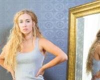 Femelle d'ajustement avec les cheveux blonds et les yeux bleus Photos stock