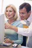 femelle d'ordinateur apprenant l'étudiant mûr de qualifications Photo stock