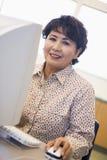 femelle d'ordinateur apprenant l'étudiant mûr de qualifications image stock