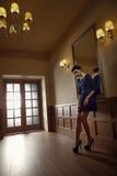 Femelle dans la robe bleue Photo stock