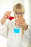 Femelle dans le laboratoire image stock