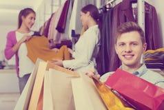 Femelle de attente de jeune homme à la boutique Photographie stock