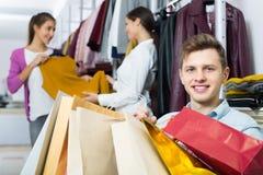 Femelle de attente de jeune homme à la boutique Images stock