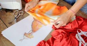 Femelle de culture employant le croquis de tissu Image stock