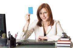 Femelle de gestionnaire retenant une carte de crédit image libre de droits