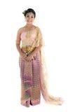 Femelle de l'adolescence asiatique d'âge avec le costume thaïlandais traditionnel dans le studio Image libre de droits