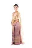 Femelle de l'adolescence asiatique d'âge avec le costume thaïlandais traditionnel dans le studio Photo stock