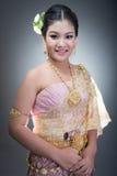 Femelle de l'adolescence asiatique d'âge avec le costume thaïlandais traditionnel dans le studio Images libres de droits