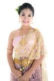 Femelle de l'adolescence asiatique d'âge avec le costume thaïlandais traditionnel dans le studio Photographie stock