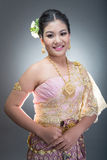 Femelle de l'adolescence asiatique d'âge avec le costume thaïlandais traditionnel dans le studio Image stock