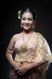 Femelle de l'adolescence asiatique d'âge avec le costume thaïlandais traditionnel dans le studio Photos libres de droits