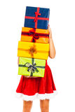 Femelle de Santa avec la pile des cadeaux de Noël Photo stock