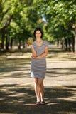 Femelle de sourire avec un smoothie vert Femmes en bonne santé sur un fond brouillé de parc Concept sain de style de vie Copiez l photos libres de droits