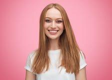 Femelle de sourire de jeunes magnifiques dans la chemise blanche images stock