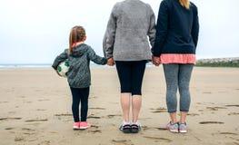 Femelle de trois générations observant la mer Images libres de droits