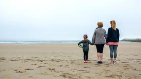 Femelle de trois générations observant la mer image libre de droits