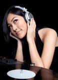 Femelle DJ devant des plaques tournantes Photos stock
